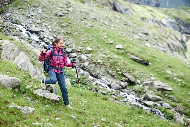 山でハイキングする女性観光客