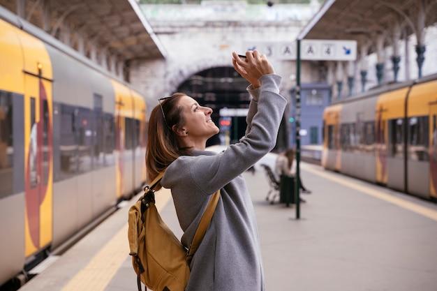 Женский турист в контакте с людьми с телефоном. европейская фиксированная стоимость проезда.