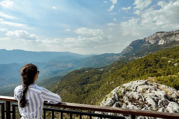 Женский турист, глядя на прекрасный вид на горы
