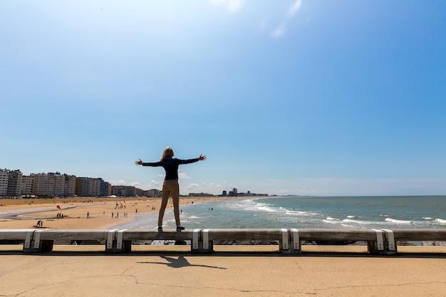 Женский турист на городском пляже, морском побережье, европе. летний туризм и путешествия, известные и популярные места для отпуска или отпуска
