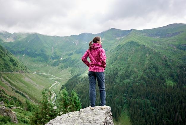 山の丘の上に女性観光客