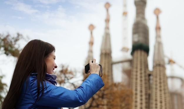 바르셀로나에서 사그라 다 파밀리아를 촬영하는 여성 관광
