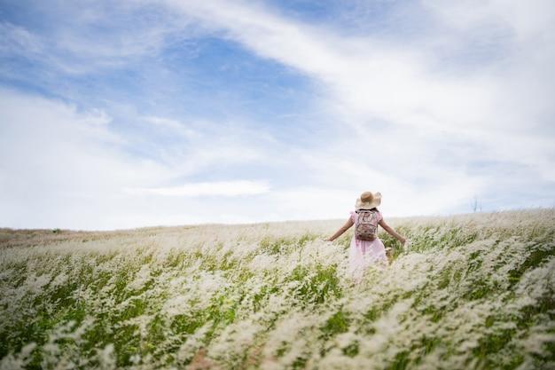 女性観光客、彼女は牧草地を自由に歩きます。
