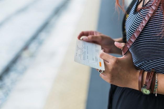 기차를 기다리는 여성 관광