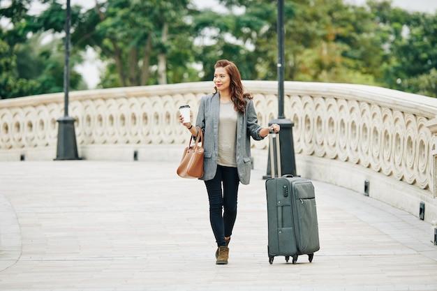 ホテルに歩いている女性観光客
