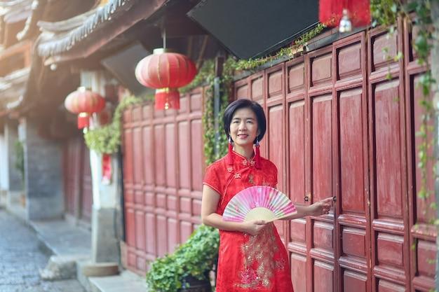 중국 윈난성 리장 구시가지에서 중국 전통 의상을 입은 여성 관광객.