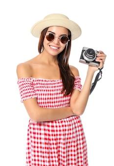 白い背景の上の写真カメラを持つ女性観光客