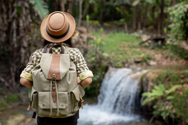 Женщины туристы наслаждаются лесом.