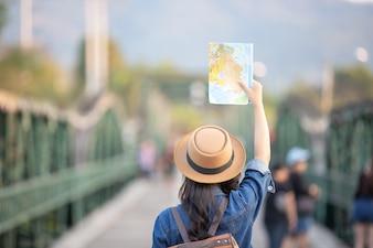 Туристы женского пола в наличии имеют счастливую карту путешествия.