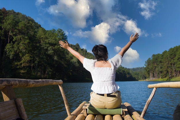 여성 관광객은 대나무 뗏목에 앉아 휴식을 취하고 pang ung의 숲과 호수를 탐험합니다.
