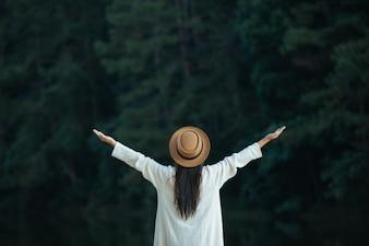 女性観光客が腕を広げて羽を広げた