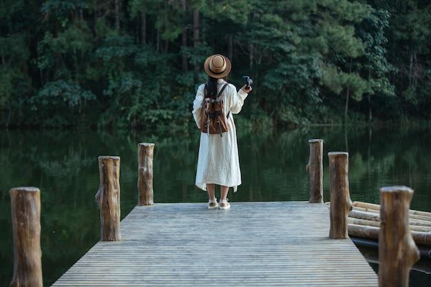 대기 사진을 찍고있는 여성 관광객