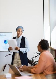 Женщины-тренеры на работе в офисе готовятся к сеансу с новым сотрудником