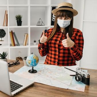 ラップトップコンピューターでストリーミングする女性の旅行ブロガー