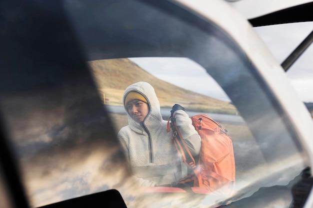 아이슬란드 kirkjufell 산에서 여성 여행자