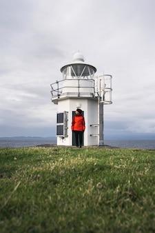 Путешественница на маяке vaternish на острове скай, шотландия