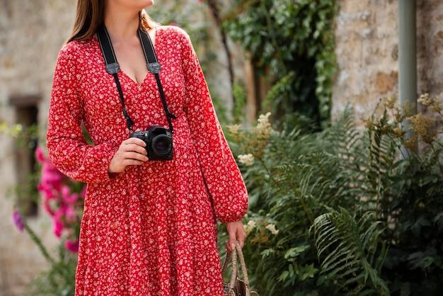새로운 추억을 위해 전문 카메라를 사용하는 여성 여행자