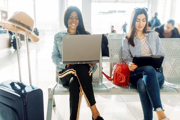 空港で出発を待っている女性旅行者