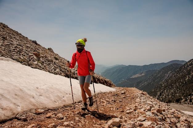山でのハイキング用具を持つ女性トレッカー