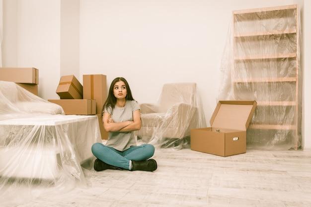 Женщина пытается быть спокойной, переезжая в новую квартиру