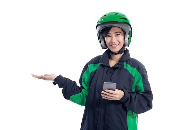 白い背景の上のスペースをコピーするために提示する女性のユーバードライバー