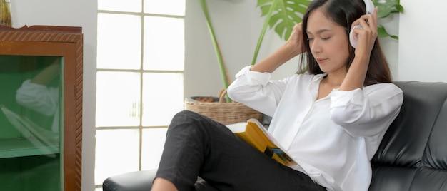 Студенты женского пола вместе читают книгу в гостиной, чтобы подготовиться к своему проекту