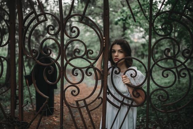 Жертва у ворот старого кладбища