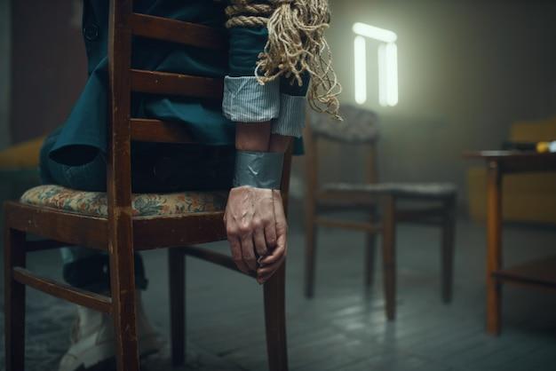 Женщина-жертва маньяка-похитителя с заклеенными скотчем руками