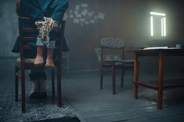 Женщина-жертва маньяка-похитителя со связанными руками