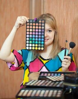 Visagiste femminile con cosmetici