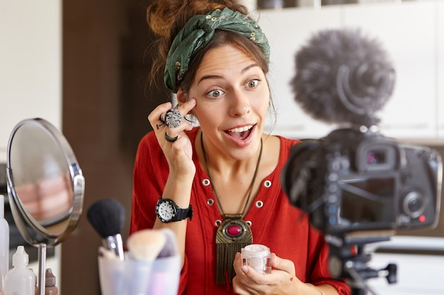 Женский видеоблогер снимает видео с макияжем
