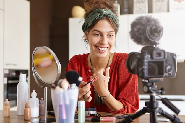 女性のvloggerがメイクアップビデオを撮影