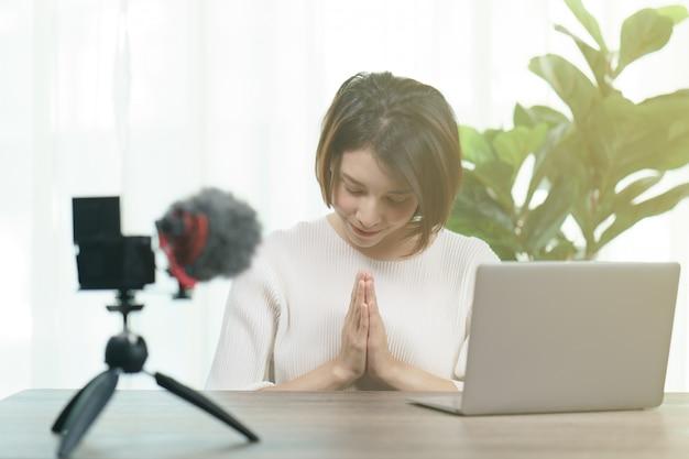 自宅のカメラで女性のvloggerの記録
