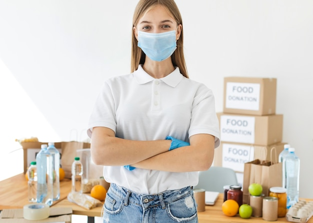 의료 마스크와 장갑을 끼고 포즈를 취하는 여성 자원 봉사자