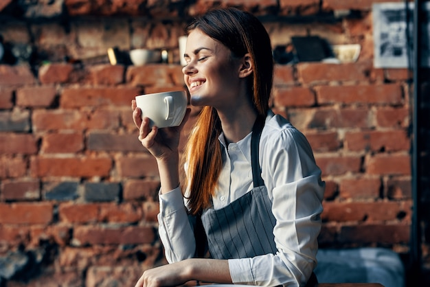 カフェでコーヒーを飲む女性ウェイター