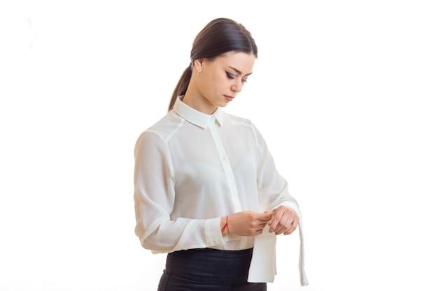 흰색 절연 제복을 입은 여성 웨이터