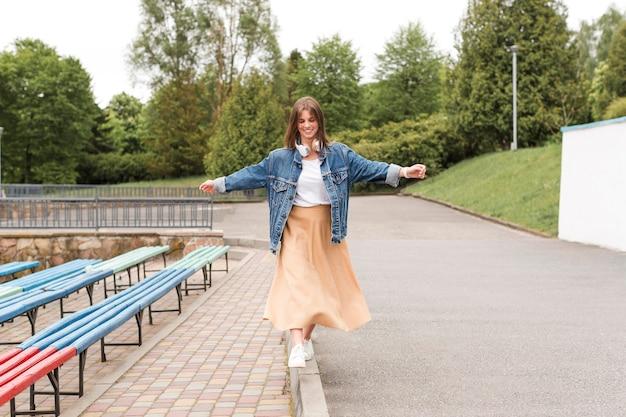 公園の端を歩く女性