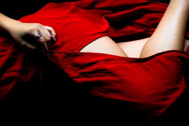 Donna che indossa un abito rosso brillante