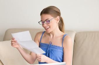 Женщина в повседневной одежде получила положительные результаты экзамена