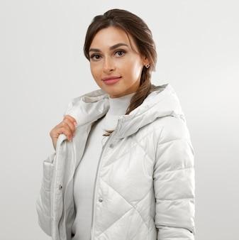 Donna che indossa abiti invernali