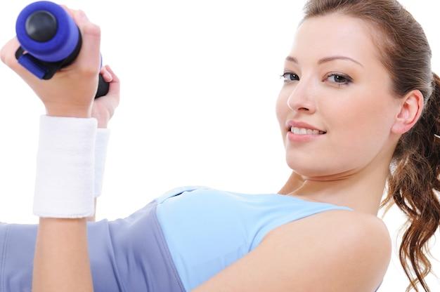 白で隔離のダンベルと女性の重量挙げの練習