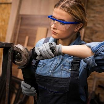グラインダーを使用した女性溶接機