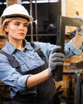 Saldatore femminile al lavoro con il casco