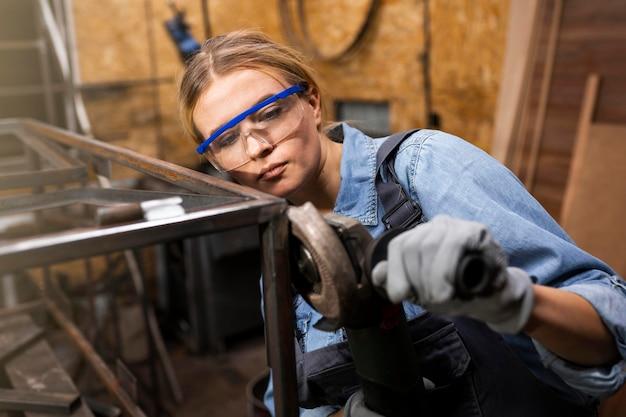 スタジオで働く女性の溶接工