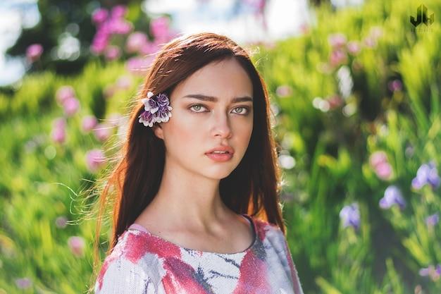자연 배경의 여성, 맑은 눈의 갈색 머리 여성