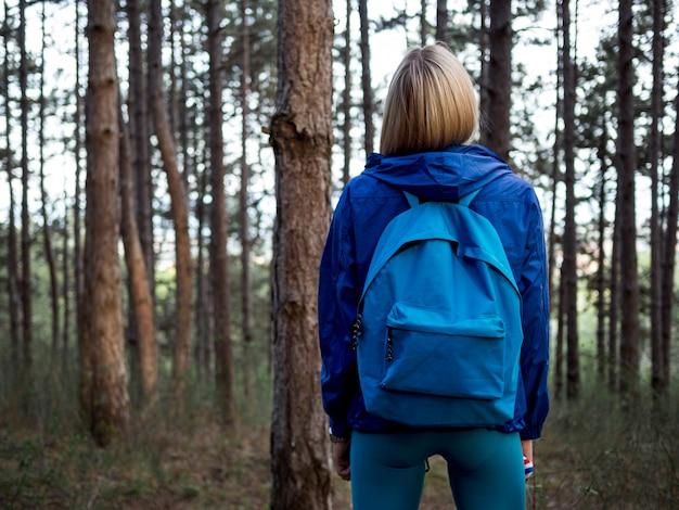 森のバックパックを持つ女性
