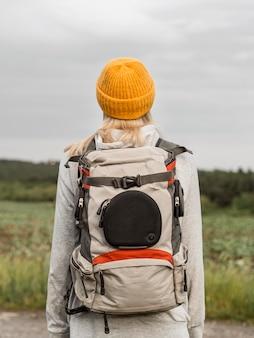 Женщина с рюкзаком на поле