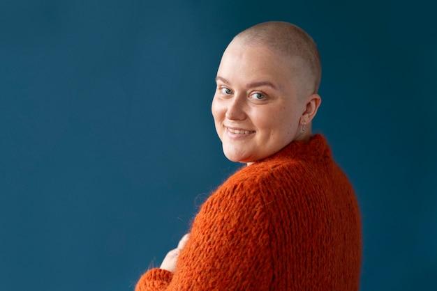 유방암 포즈를 취하는 여성