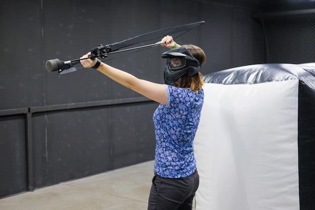 Женщина с луком стрел арбалета. лучник целится, снайпер. арбалетная дубинка.