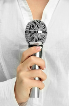 Женщина с микрофоном, крупным планом